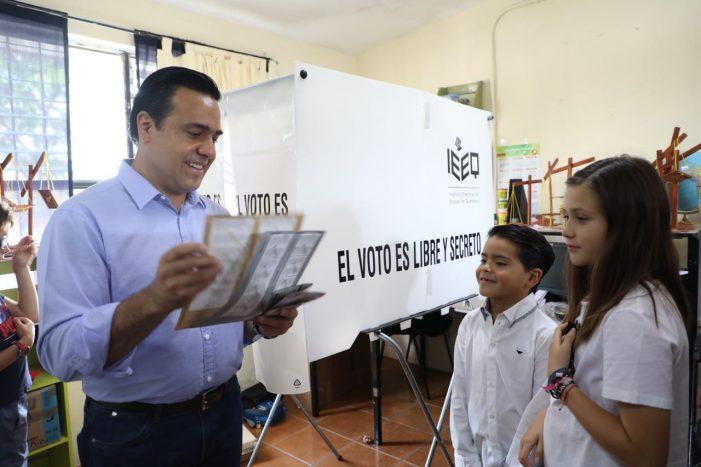 Luis Nava desposita su voto rumbo a La alcaldía de Querétaro