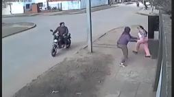 Mujer avienta bolsa para evitar ser asaltada