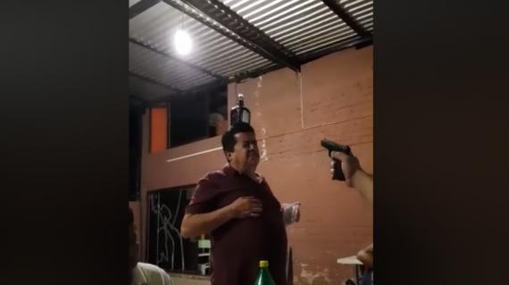 """""""Hombres"""" juegan atínale a la botella"""