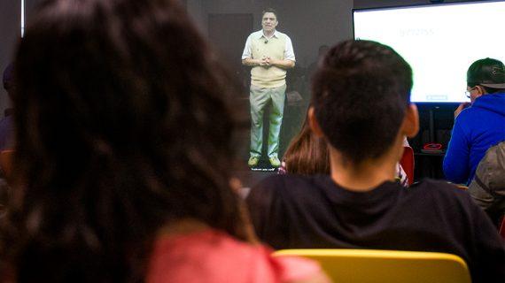El Tec de Monterrey da clase con el holograma de un profesor