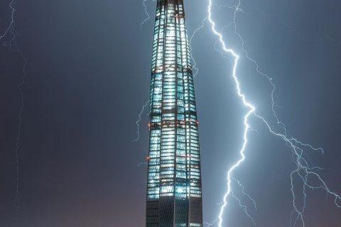 Como un rayo cae sobre el rascacielos más alto de Europa