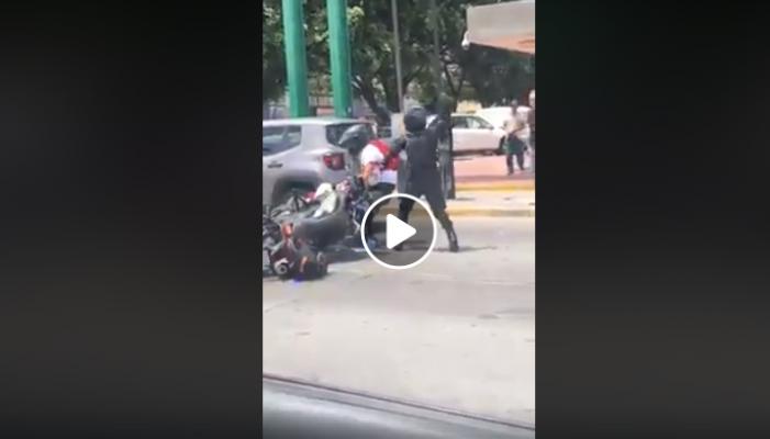 Policía golpea por la espalda a motociclista