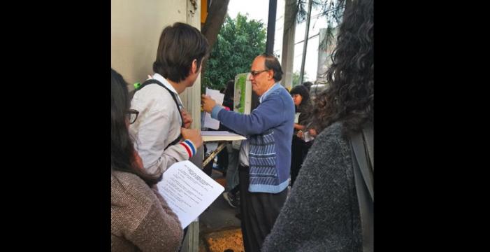 Profesor de la UNAM imparte clases a fuera de un Oxxo