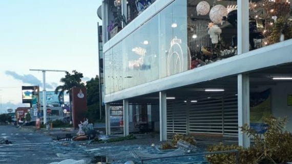 Lluvias y vientos fuertes dañan comercios en Culiacán