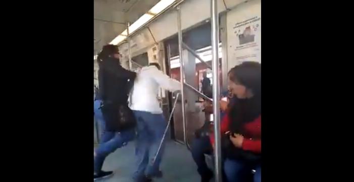 Ciego se equivoca de vagón y es golpeado por mujer