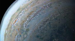 La NASA muestra fotografía de 'delfín' nadando en Júpiter