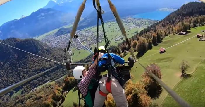 Por un error del piloto vuela en parapente sin amarre y colgado de sus manos