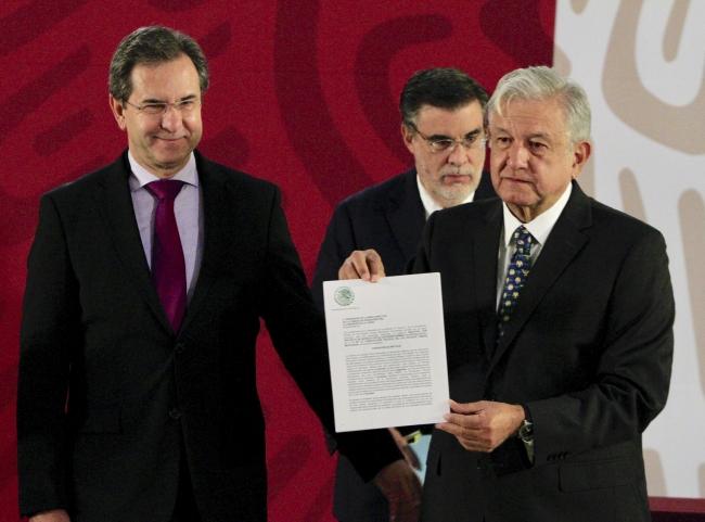 Firma López Obrador iniciativa de revocación de reforma educativa