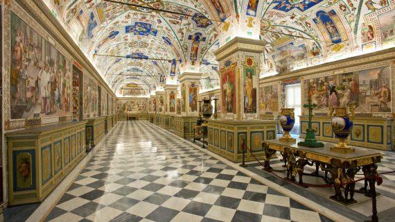 Papa Francisco recorre por primera vez la Biblioteca Apostólica Vaticana