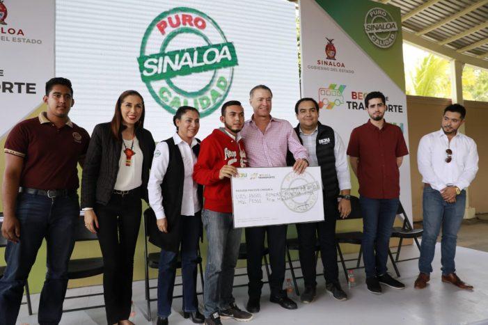 Entrega gobernador 400 becas de transporte en Sinaloa de Leyva