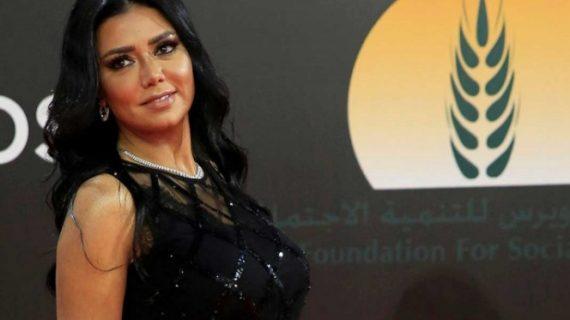 Egipto enjuiciará a actriz por lucir un vestido de gala transparente que muestra las piernas