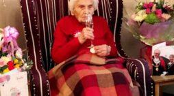 Anciana cumple 105 años y dice que su secreto fue estar alejada de los hombres