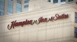 La filman duchándose en el hotel Hilton de NY y los demanda por 100 mdd