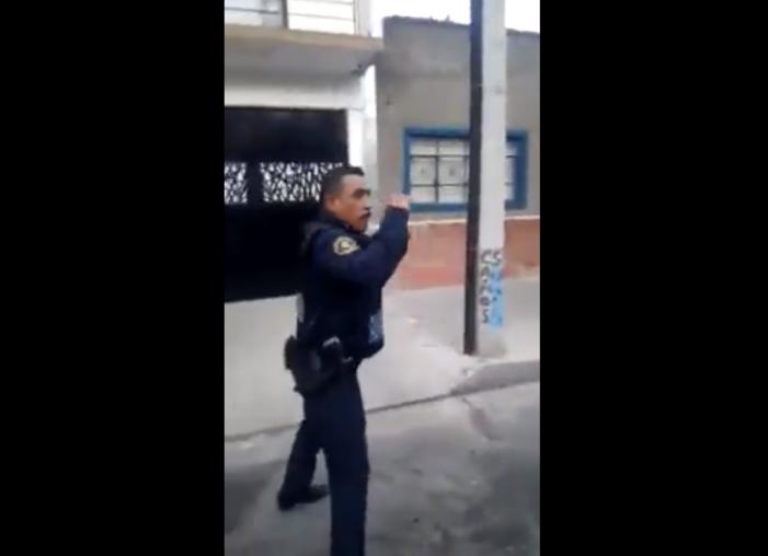 """Policía """"se avienta un tiro derecho"""""""