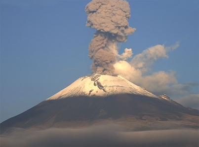 Volcán Popocatépetl arroja material incandescente