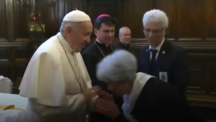 El papa Francisco no permite que le besen el anillo y mejor quita la mano