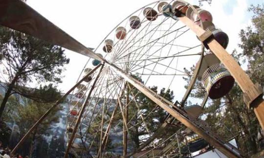 Cae de juego mecánico en parque de diversiones de México