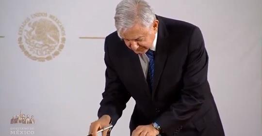 ¡Está firmado!, López Obrador se compromete con la no reelección presidencial