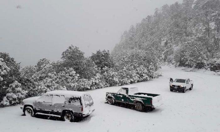 En Durango cierran carreteras por caída de nieve