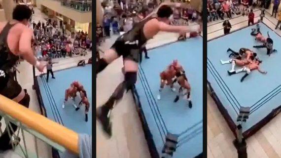 ¡Ver para creer! luchador se avienta desde un segundo piso en centro comercial